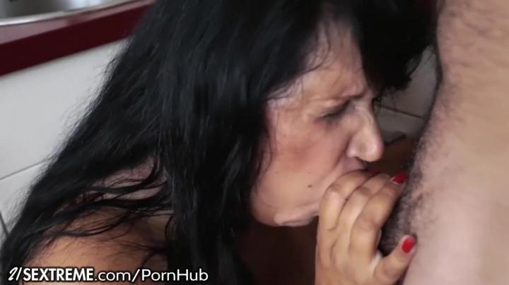 Сын классно трахает дома маму в большую попу: видео